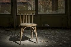 oude stoel in de geruïneerde bouw stock afbeelding