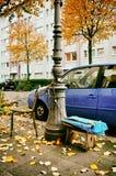 Oude stoel in de straat met roestige ketting stock afbeelding
