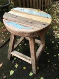 Oude stoel in de tuin royalty-vrije stock foto's