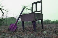 Oude stoel in de tuin en paddle2 stock fotografie