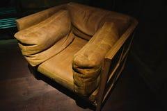 Oude stoel die door verlichting in de donkere ruimte wordt verlicht royalty-vrije stock foto's