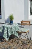 Oude stoel en lijst in de straten Stock Afbeeldingen