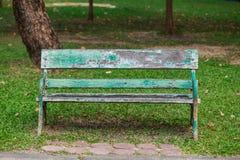 Oude stoel in het park stock foto's