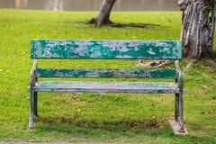 Oude stoel in het park stock afbeeldingen