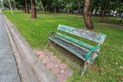 Oude stoel in het park stock fotografie