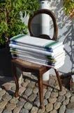 Oude stoel met linnendoeken in de straten Royalty-vrije Stock Afbeelding
