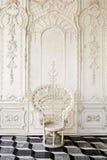 Oude stoel met mooie muur Stock Foto's