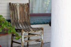 Oude stoel op portiek royalty-vrije stock fotografie