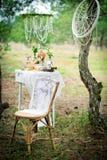 Oude stoel tegen huwelijksdecoratie in stijl van een sjofele CH royalty-vrije stock foto's