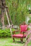 Oude stoel in tuin Stock Foto