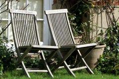 Oude stoelen in de tuin Stock Fotografie