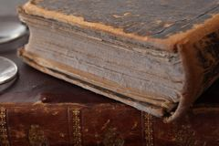 Oude stoffige boeken met lezingsglazen royalty-vrije stock foto