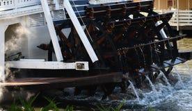 Oude stoomboot riverwheel stock foto