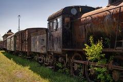 Oude stoomlocomotief met oude aangesloten wagens stock afbeelding
