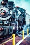 Oude stoomlocomotief tegen blauwe bewolkte hemel, uitstekende trein Royalty-vrije Stock Foto's