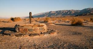 Oude Stovepipe de Putten drogen goed Doodsvallei Californië royalty-vrije stock afbeeldingen