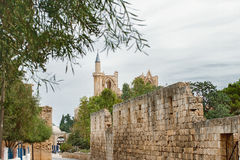 Oude straat aan moskee, Gotische St Nicholas Cathedral in Famagusta, Noord-Cyprus Royalty-vrije Stock Foto's