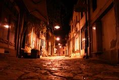 Oude straat bij nacht Stock Afbeelding