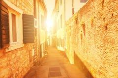 Oude straat bij zonsondergang Royalty-vrije Stock Foto