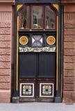Oude straat-deur met decoratie Stock Foto