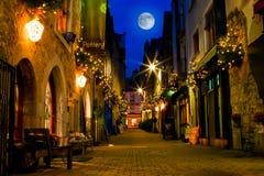 Oude straat die met lichten bij nacht wordt verfraaid Royalty-vrije Stock Afbeelding