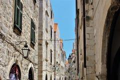 Oude straat in Dubrovnik, Kroatië, met talrijke oude lantaarns royalty-vrije stock afbeeldingen
