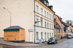 Oude straat Fjallgatan in de stad van Stockholm, Zweden stock foto