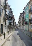 Oude straat in het centrum van de stad van Lissabon Royalty-vrije Stock Afbeeldingen