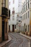 Oude straat in het centrum van Lissabon Stock Fotografie