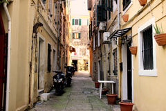 Oude straat in Korfu Stock Afbeeldingen