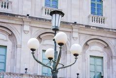 """Oude straat lantaarnpaal†""""uitstekend licht op straten in Catanië, Sicilië, Italië royalty-vrije stock foto's"""