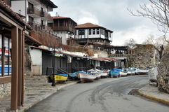 Oude straat Nessebar, de boten van het de winterparkeren Stock Foto's