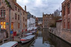 Oude straat van Brugge met traditionele middeleeuwse huizen stock afbeelding
