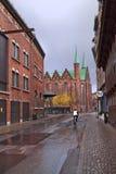 Oude straat van de 19de eeuw van de rode baksteen en de middeleeuwse kathedraal van Arhus denemarken royalty-vrije stock fotografie