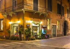 Oude straat in Verona bij nacht stock foto's