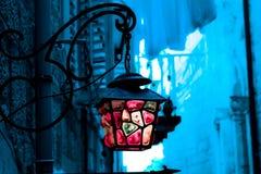 Oude Straatlantaarn Blauwachtige vage achtergrond, Stock Foto's