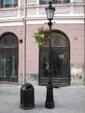 Oude straatlantaarn en een urn Royalty-vrije Stock Afbeeldingen
