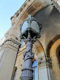 Oude straatlantaarn met een ornament onder de boog royalty-vrije stock afbeeldingen