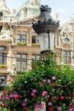 Oude straatlantaarn op Grande Place in Brussel stock fotografie