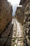 Oude straten met zonnestraal in traditionele stad Deir Gr Qamar, Libanon stock foto's