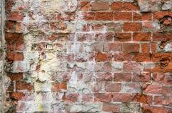 Oude streng beschadigde bakstenen muur stock foto's