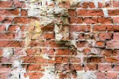 Oude streng beschadigde bakstenen muur royalty-vrije stock foto