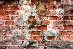 Oude streng beschadigde bakstenen muur royalty-vrije stock foto's