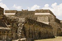 Oude structuur van steen in Monte Alban, Mexico stock foto