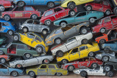 Oude stuk speelgoed stomme gekleurde auto's voor achtergrond stock foto