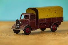 Oude stuk speelgoed stuk speelgoed auto voor vervoer van lading en mensen Stock Fotografie