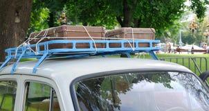 Oude suitcas op het dak van de auto Stock Foto's