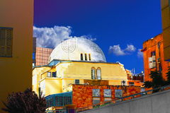 Oude synagoge in hart van Tel Aviv stock foto