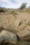 Oude tablet die in woestijn wordt ontdekt Stock Foto's