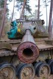 Oude tank in landschap stock afbeeldingen